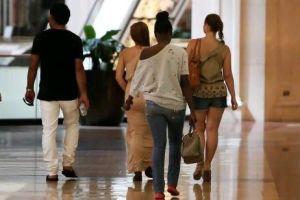 Pessoas no shopping em Dubai