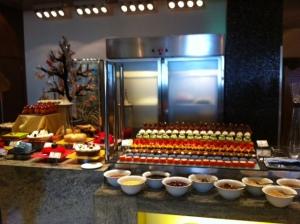 Buffet com muitos tipos de sobremesas, todas em miniatura, para vc conseguir provar várias opções ! (Westin Dubai)