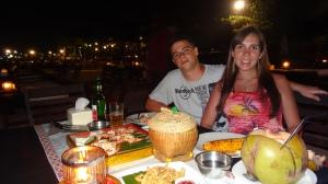 Jantar de frutos do mar na praia (Jimbaram, Bali)